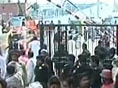 مشتعل شہریوں نے دو مشتبہ افراد کو تشدد کر کے ہلاک کرنے کے بعد لاشوں کو آگ لگادی