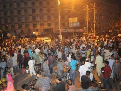 کریم آباد میں ایم کیو ایم کےگرفتار افراد کے اہلخانہ کا تھانے کے باہر احتجاج، پولیس کے خلاف نعرے بازی