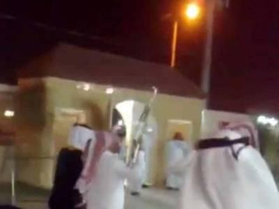 سعودی دولہے کی شادی میں کلاشنکوف بے قابو،مہمان جان بچانے کیلئے ادھر اُدھر کودپڑے