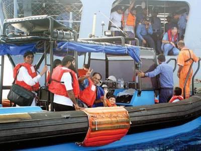 یمن سے پاک بحریہ کا جہاز 182افراد کو لے کر پاکستان پہنچ گیا ،مسافروں کے پاکستان زندہ باد کے نعرے