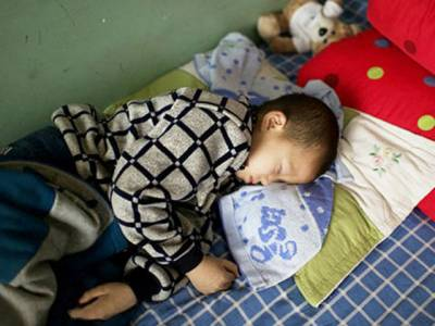 ایڈ زسے متاثرہ اس 8سالہ بچے کے ساتھ گاؤں والوں نے کیا سلوک کیا ؟جان کر آپ کی آنکھیں بھی نم ہو جائیں گی