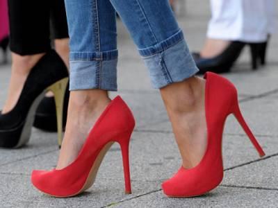 اونچی ایڑھی والی جوتیاں پہننے والی خواتین کیلئے انتہائی تشویشناک خبر ،سائنسدانوں نے خبر دار کر دیا