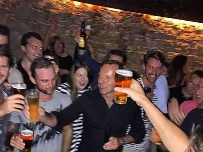 آسٹریلیا کے وزیراعظم 7 سیکنڈ میں بیئر کا گلاس پی گئے