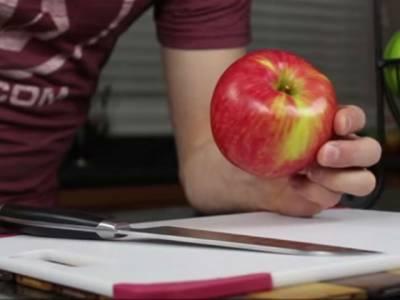 آج تک آپ سیب غلط طریقے سے کاٹتے اور کھاتے آئے ہیں درست اور آسان طریقہ جانئے