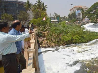 بھارت میں بہتے دریا میں یہ جھاگ کس چیز کی ہے؟جان کر آپ کانوں کو ہاتھ لگانے پر مجبور ہوجائیں گے