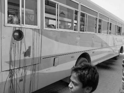 کراچی میں 8 موٹرسائیکل سواروں کی بس پر فائرنگ،16خواتین سمیت 45افراد جاں بحق، 11شدید زخمی