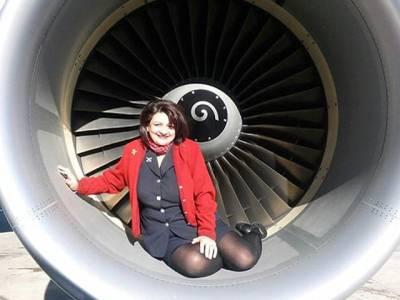 جہاز کی پرواز سے چند منٹ قبل ایئرہوسٹس کی متنازع تصاویر نے آگ لگادی ،نیا مسئلہ کھڑا ہو گیا