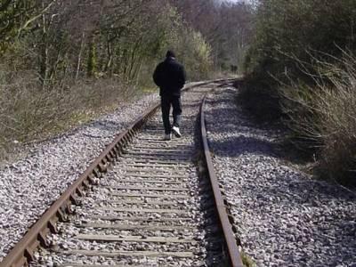 نوجوان موبائل فون پر باتیں کرتے ہوئے ٹرین تلے آکر ہلاک