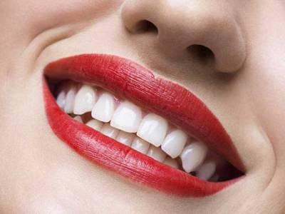 دانتوں کو سفید اور چمکدار بنانے کے حیرت انگیز نسخے جو آپ نے پہلے کبھی نہیں سنے