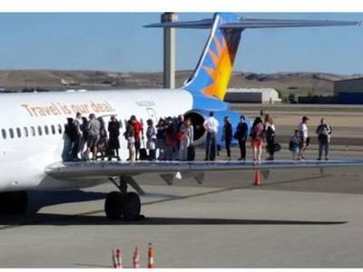 امیرکی طیارے کے ساتھ ایسا کیا ہوا کہ مسافروں کو پر کے اوپر کھڑا کر دیا گیا