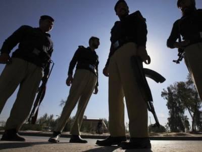 """کراچی: پی ٹی آئی رہنما عمران اسماعیل کے گھر کے قریب اسلحہ لہرا کر تماشا لگانے والا """"سکندر"""" گرفتار"""