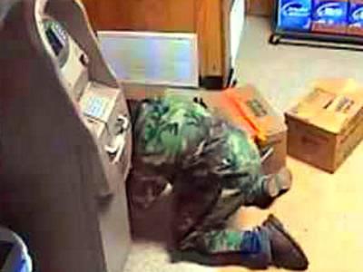 اے ٹی یم میں چوری کی کوشش، پولیس موقع پر پہنچی تو چور کو کس حالت میں پایا؟ جان کر آپ کو اس کی بے وقوفی پر یقین نہیں آئے گا