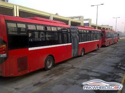میٹرو بس ڈرائیورز نے تنخواہوں کی عدم ادائیگی ,پھر ہڑتال کر دی
