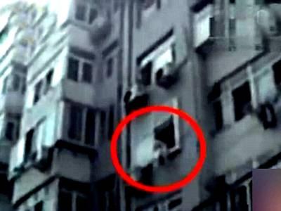 16 سالہ لڑکی خود کشی کرنے کیلئے کھڑکی سے لٹک گئی، اس حرکت پر نیچے کھڑے باپ نے کیا جواب دیا؟ جان کر آپ بھی دنگ رہ جائیں گے