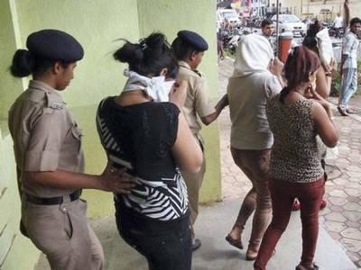 بھارتی پولیس کے ہوٹلوں کے چھاپے ,شرمناک حرکات میں ملوث جوڑوں کو پکڑنے کے بعد کیا انوکھا سلوک کر ڈالا?جان کر آپ بھی خوفزدہ ہو جائیں گے