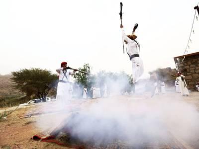 یہ عرب شہری دوسرے شخص پر سرعام کیوں فائرنگ کررہاہے؟ حقیقت جان کر آپ حیران رہ جائیں گے
