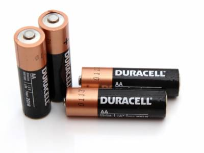 آپ کی بیٹری نئی ہے یا ختم ہوگئی؟ صرف زمین پر پھینک کر ہی پتہ چلا سکتے ہیں، آسان ترین طریقہ جانئے