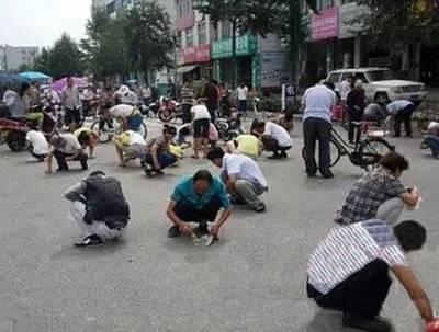 چینی شہری سارا دن سڑک پر ٹریفک روک کر سونا اکٹھا کرتے رہے، شام کو حقیقت سامنے آئی تو شرم سے پانی پانی ہو گئے