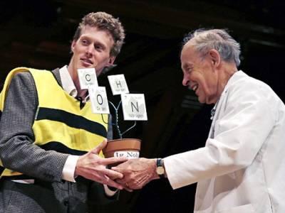 انتہائی نازک مقامات سمیت اپنے جسم کے 25 حصوں پر شہد کی مکھی سے ڈنگ مروانے والے نوجوان کیلئے انعام کا اعلان