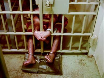 مجسٹریٹ نے فیکٹری پرچھاپہ مارکر زنجیروں میں جکڑے مزدور کو بازیاب کرالیا