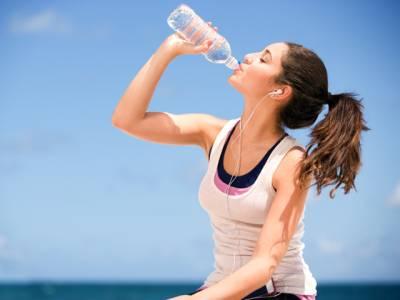 صرف درست وقت پر پانی پی کر آپ ایک ماہ میں کئی کلو وزن کم کرسکتے ہیں، چربی پگھلانے کے آسان ترین طریقے کے بارے میں جانئے