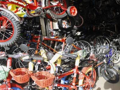 کسٹم حکام نے سائیکلوں کی دکان سے افغان ٹرانزٹ ٹریڈ کا ہزاروں ٹن سامان برآمد کرلیا