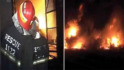 لاہور : گلبرک کے ایک پلازے میں آگ گئی، ریسکیو ٹیمیں موقع پر پہنچ گئیں