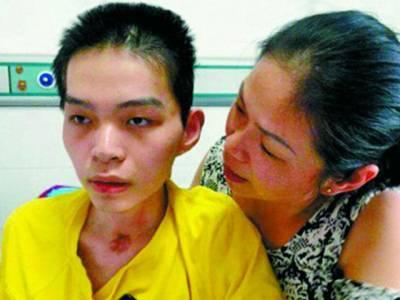 کئی مہینوں سے بیہوش لڑکے کے علاج میں ڈاکٹرز ناکام، ماں نے کیا طریقہ اپنا کر جگالیا؟ ایسی داستان کہ پڑھ کر آپ کی آنکھیں بھی نم ہوجائیں گی