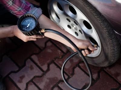 گاڑی کے ٹائروں میں کتنی ہوا بھرنی چاہیے؟ گاڑی چلانے والوں کے لئے اہم معلومات