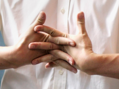 انگلیاں چٹخانے سے آواز کیوں آتی ہے اور اس کا کیا نقصان ہوتا ہے؟ بالآخر سائنسدانوں نے معمہ حل کردیا