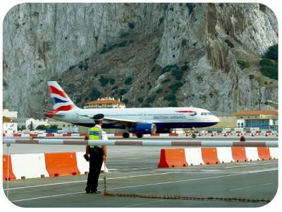 دنیا کا واحد ائیرپورٹ جس کا رن وے عام سڑک کے درمیان سے گزرتا ہے اور جہازوں کیلئے گاڑیوں کی ٹریفک روکنا پڑتی ہے