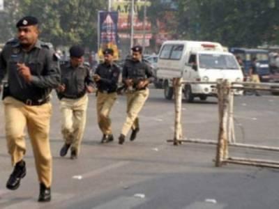 پولنگ سٹیشن پر جعلی پولیس اہلکاروں کی موجودگی، اصل اہلکاروں کی دوڑیں لگ گئیں