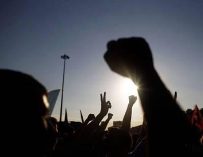 یونین کونسل 61 سے لیگی امیدوار کے درجنوں بیلٹ پیپرز سڑک سے برآمد، کارکنوں کا احتجاج