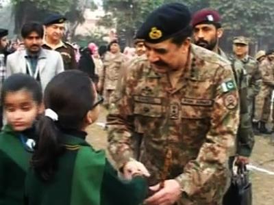 اے پی ایس میں تقریب کے بعد آرمی چیف جنرل راحیل شریف کی شہداء کے والدین سے ملاقات، بچے آٹو گراف لیتے رہے
