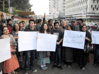 لال مسجد کے سامنے سول سوسائٹی کا احتجاج ،5خواتین سمیت 6افراد کوحراست میں لے لیا گیا