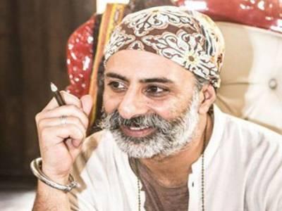 پاکستان کے مشہور فیشن ڈیزائنر بھارت کے ایک گھر میں جھاڑو کیوں لگارہے تھے؟ ایسی حقیقت کہ پڑھ کر آپ بھی جذبات پر قابو نہ پاسکیں گے