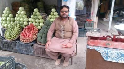 پاکستان کا وہ سبزی فروش جو رات کو اپنی دکان کھلی چھوڑ جاتا ہے، ایسا کیوں کرتا ہے اور کبھی کسی نے چوری کیوں نہ کی؟ وجہ جان کر آپ کو بھی پاکستانیوں پر بے حد فخر ہوگا