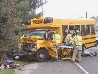بالڈھیر کے قریب وین درخت سے ٹکراگئی، 4 خواتین اساتذہ جاں بحق،3 زخمی