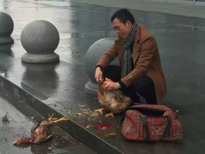 یہ چینی آدمی ریلوے سٹیشن کے باہر بیٹھا مرغیاں کیوں ذبح کررہا ہے؟ وجہ ایسی کہ کوئی عام انسان کبھی تصور بھی نہیں کرسکتا