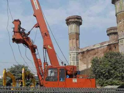 لاہور: اورنج لائن ٹرین منصوبہ شہریوں پر بھاری پڑنے لگا، ایک اور نوجوان کرین سے گرنے والے پتھر سے جاں بحق، طالبہ شدید زخمی