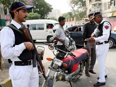 ٹریفک پولیس نے رانگ وے موٹر سائیکل چلانے پر نوجوانوں کو مرغا بنا دیا
