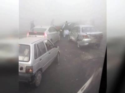 موٹروے پر 10 گاڑیاں ٹکرانے سے 2 افراد جاں بحق، پینتالیس زخمی