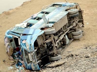 قومی شاہراہ پر مسافر کوچ الٹنے سے 2 خواتین جاں بحق، 15 مسافر زخمی
