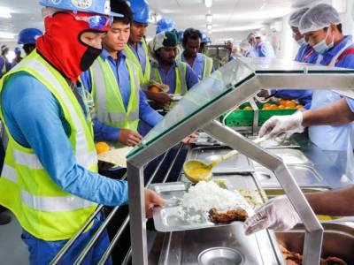 وہ عرب ملک جہاں کام کرنے والے غیر ملکی مزدوروں کو پیٹ بھر کر کھانا بھی میسر نہیں، وجہ بھی انتہائی دردناک