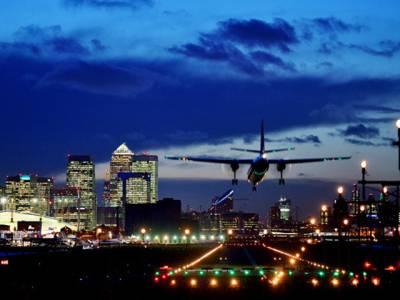 لندن ائیرپورٹ پر مسافر طیارے کی لینڈنگ کے دوران پائلٹ نے فضاءمیں ایسی چیز دیکھ لی کہ ہاتھ پاﺅں پھول گئے اور پھر۔۔۔