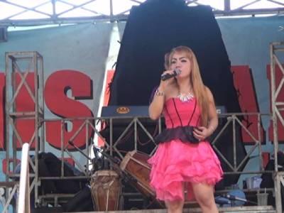 میوزک شو کے دوران نوجوان گلوکارہ کو سانپ نے کاٹ لیا لیکن وہ گاتی رہی اور پھر اچانک۔۔۔ ایسا واقعہ کہ جان کر عقل دنگ رہ جائے