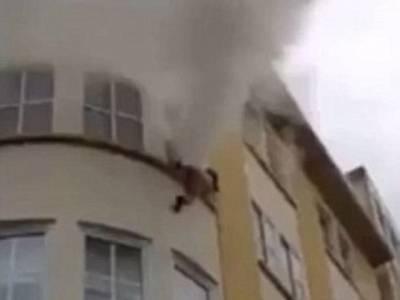 جسے اللہ رکھے اسے کون چکھے! عمارت میں آگ لگنے پر خاتون تیسری منزل کی کھڑکی سے کُود گئی، جان تو بچ گئی ساتھ ہی ایک خراش بھی نہ آئی، مگر کیسے؟ جان کر آپ کو بھی حیرت ہوگی