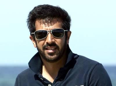 بھارتی ڈائریکٹر کبیر خان کا کراچی ائیرپورٹ پر گھیراﺅ، شہریوں نے جوتے دکھائے، پاکستان زندہ باد کے نعرے لگائے
