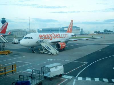 جہاز ٹیک آف کرنے سے پہلے نوجوان لڑکی نے مسافروں کو ایسا لطیفہ سنا دیا کہ سہیلی سمیت جہاز سے ہی اُتار دیا گیا