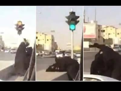 پہلی مرتبہ سعودی عرب میں 2 خواتین کی سڑک پر سرعام ایسی حرکت کہ دیکھنے والے پلکیں جھپکانا بھول گئے